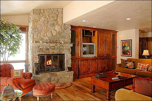 Living Room with wood fireplace - Walk to Restaurants and Shops - Newly Remodeled (2829) - Snowmass Village - rentals