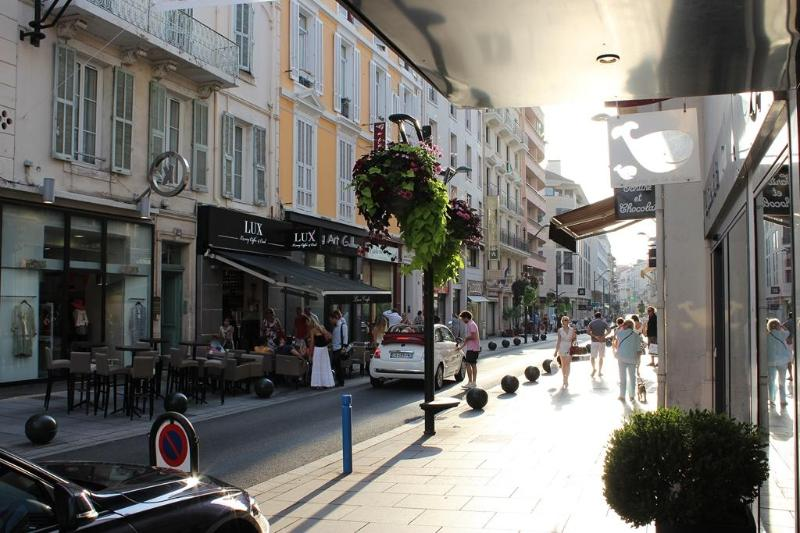 Stay Directly on Rue D'Antibes in the Croisette - 2 Room Roof-top Apartment in the heart of Cannes - Cannes - rentals