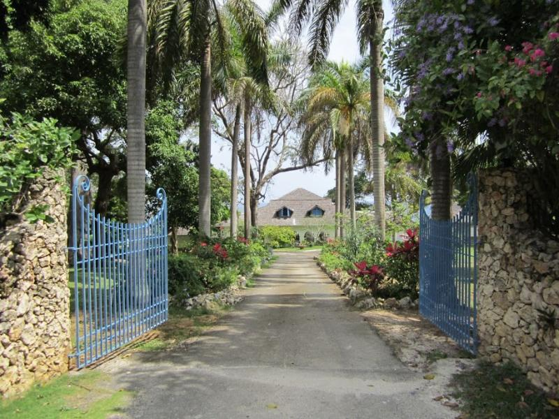 PARADISE PLT - 97423 - WELL PRESENTED 5 BED VILLA   POOL & OCEANVIEW - OCHO RIOS - Image 1 - Ocho Rios - rentals