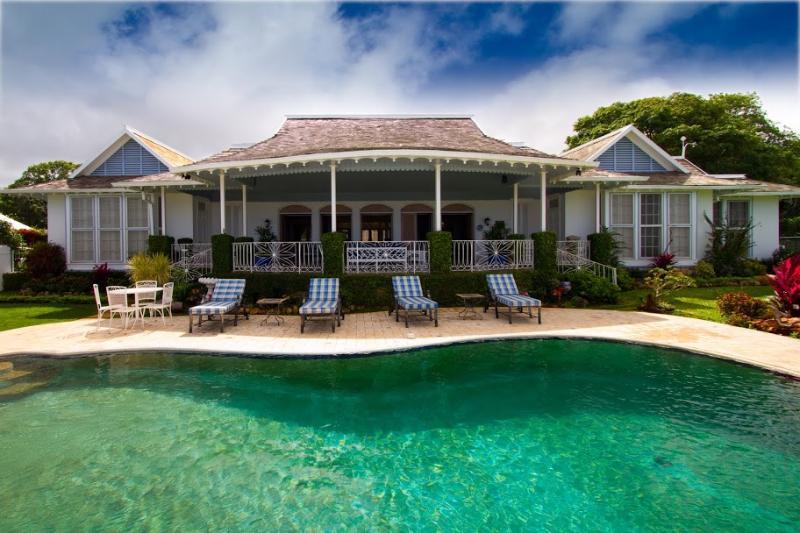 PARADISE PMP - 97649 - ELEGANT 5 BED VILLA | GYM | POOL | GREAT VIEWS - RUNAWAY BAY - Image 1 - Runaway Bay - rentals