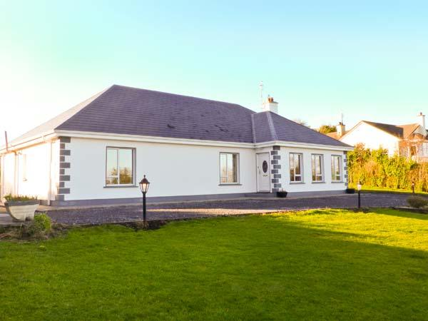 DUNNAVILLA HOUSE family-friendly, en-suite facilities, open fire in Oughterard Ref 20752 - Image 1 - Oughterard - rentals