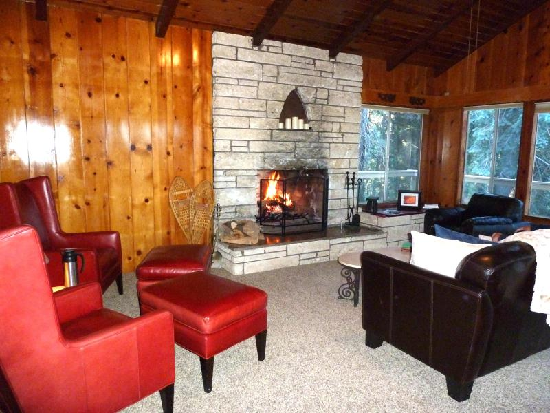 Great Room - Living Area - Firewood Included!!! - Dragon Cabin 1/2Acre Private Large3+2 Close SKi - Lake Arrowhead - rentals