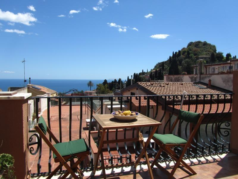 Terrace overlooking the sea and city center - Taormina center! 1-room apartment with sea view! - Taormina - rentals