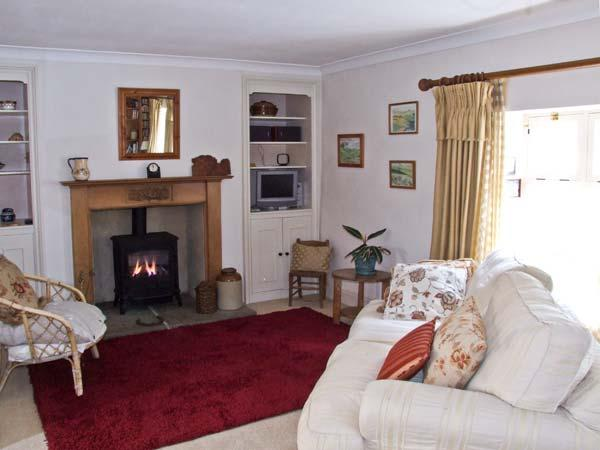 EASTER COTTAGE, stone-built cottage, courtyard garden, town location, in Malmesbury Ref 17923 - Image 1 - Malmesbury - rentals
