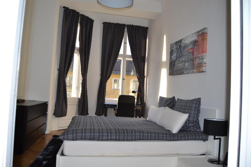 Large Bedroom with Balcony - Delightful Vacation Rental Near Kudamm/KadWe in Berlin - Berlin - rentals