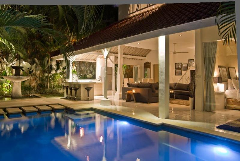 Living area pool view at night - Esha Drupadi - Seminyak 3 - 6 bedroom villa great location sleeps 8-16 - Seminyak - rentals