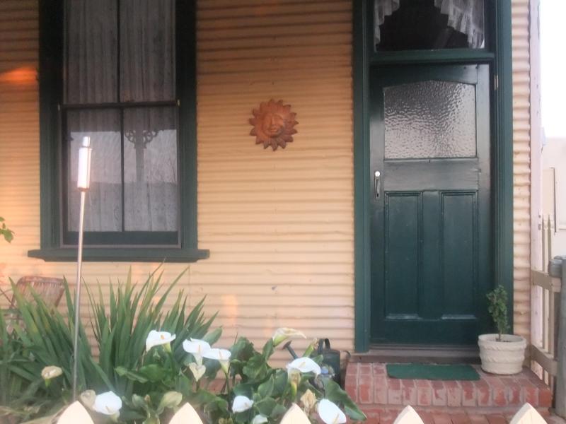 Front Cottage Garden - A Pet FiendlyTrue Blue Country Cottage - Broken Hill - rentals