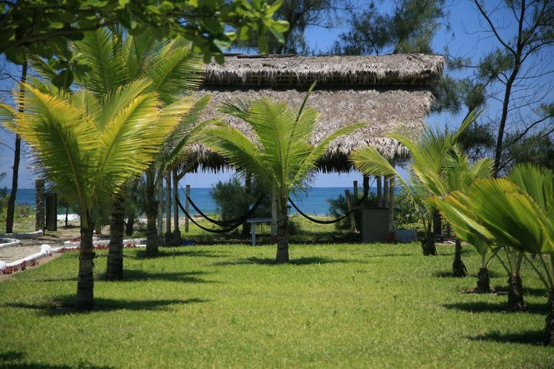 Garden with BBQ area with ocean front - Beachfront private villa with service included - Las Tunas - rentals