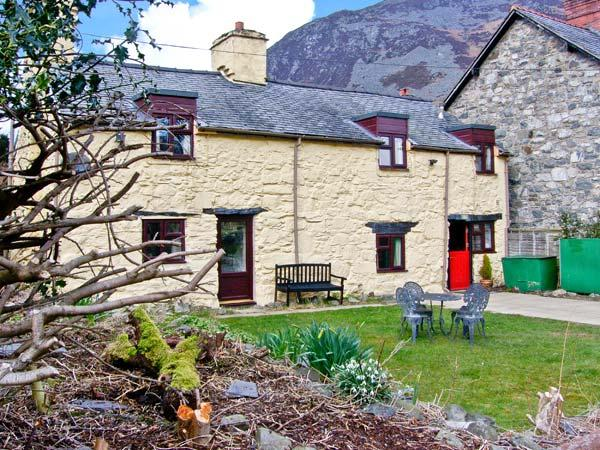 STRYD WEN, traditional features, off road parking, garden, in Llangynog, Ref 6807 - Image 1 - Llangynog - rentals