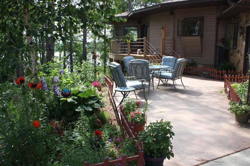 Outdoor dining courtyard entrance - LAKE LOFT AT TREE HOUSE INN - Squaw Lake - rentals