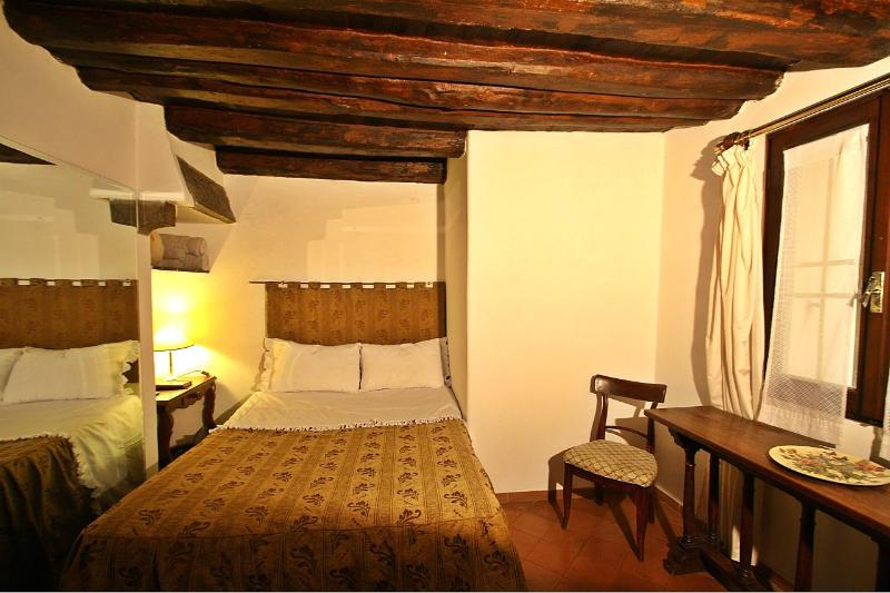 Historic 1 Bedroom Apartment in Florence, Italy - Image 1 - Florence - rentals