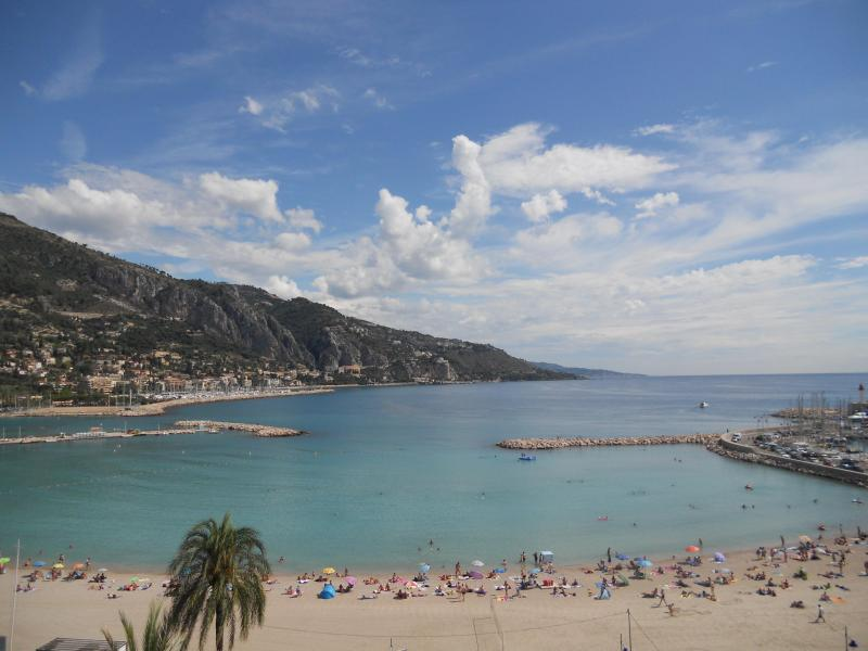 View of the beach, bay and old port from the living room and from 2 of the 3 bedrooms. - Luxury beachfront rental, Menton, French Riviera - Menton - rentals