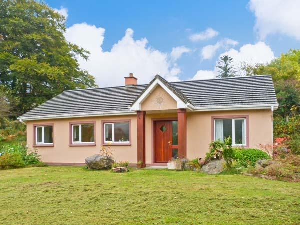 DROMROE, ground floor, off road parking, garden and decked area, in Kenmare, Ref 19928 - Image 1 - Kenmare - rentals