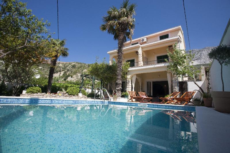 We have a headed Pool - Villa  with headed  Pool  only 20m from the sea,Sauna+Whirpool - Dugi Rat - rentals