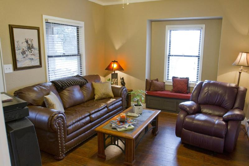 "Family Room with 39"" LCD Flat Screen and DVD - Walk to Award Winning Winiers,  Adorable 2 bedroom - Lodi - rentals"