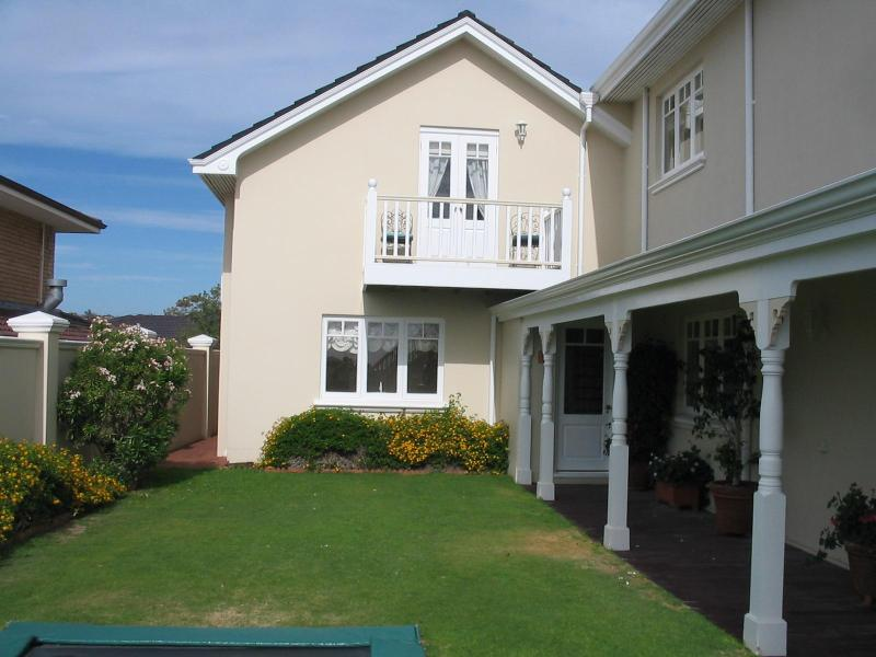 Sunset Lodge back entrance - Luxury one bedroom house with pool close to beach - Perth - rentals