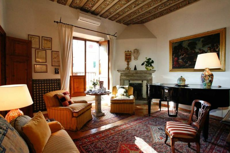 View into the living room with grand piano - Gracious Attico Apartment in historic Palazzo - Rome - rentals