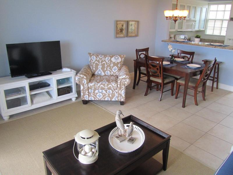 Relax in Beachside style decor. - Welcoming Townhouse, Private Beach, Pools, Fishing - Tampa - rentals