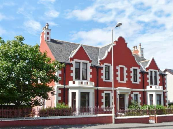 JARDINE APARTMENT @ CAIRN DHU, ground floor, central location, parking and garden, in Stornoway, Ref 21471 - Image 1 - Stornoway - rentals