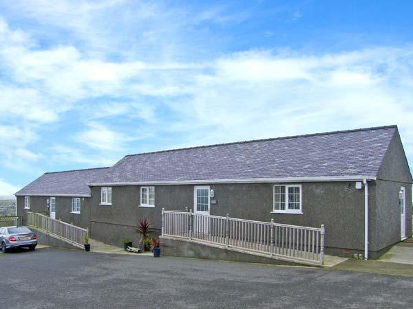 OAK single-storey, en-suite bathrooms, near to coast in Amlwch Ref 22497 - Image 1 - Amlwch - rentals