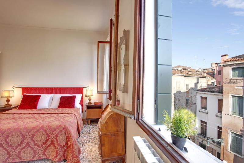 Double bedroom - Apartment Terrazza with Canal view and terrace, near Casinò, Jewish Ghetto, 10 minutes walking to Rialto and 15 to San Marco - Venice - rentals
