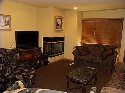 Cozy living room with ample seating - Aspen Condo - Walk to Lifts (4793) - Aspen - rentals