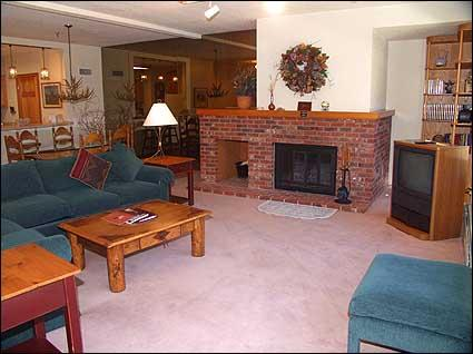 Spacious living room with wood burning fireplace - Deluxe Snowmass Condo - Ski-in/Ski-out (7522) - Snowmass Village - rentals