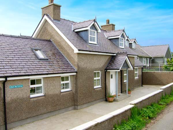 LLAIN BIG COTTAGE, detached cottage, wet room, enclosed patio, walks and cycle - Image 1 - Rhosneigr - rentals