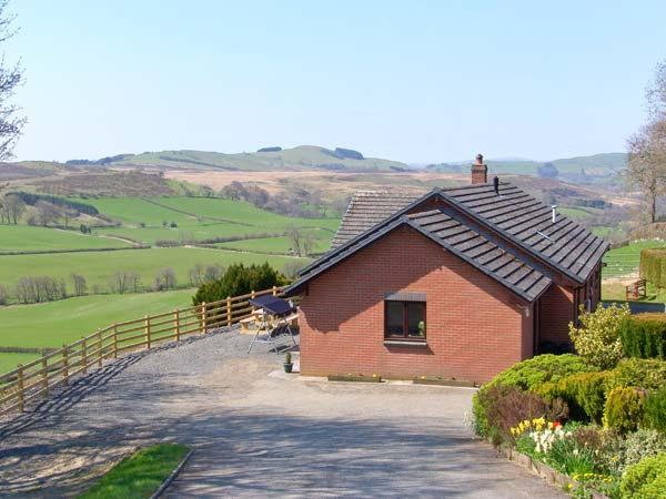 VRONGOCH COTTAGE, pet-friendly, hot tub, gym, country views, woodburner - Image 1 - Llanbister - rentals