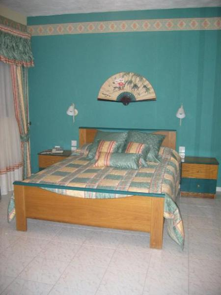 Bedroom 1 - Main Bedroom with en-suite shower/toilet - Holiday Apartment - 3 double bedrooms, sleeps 6 - Saint Paul's Bay - rentals