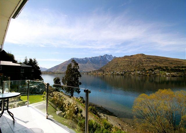 Lakeside alpine luxury at your fingertips; bikes included for adjacent track! - Image 1 - Queenstown - rentals