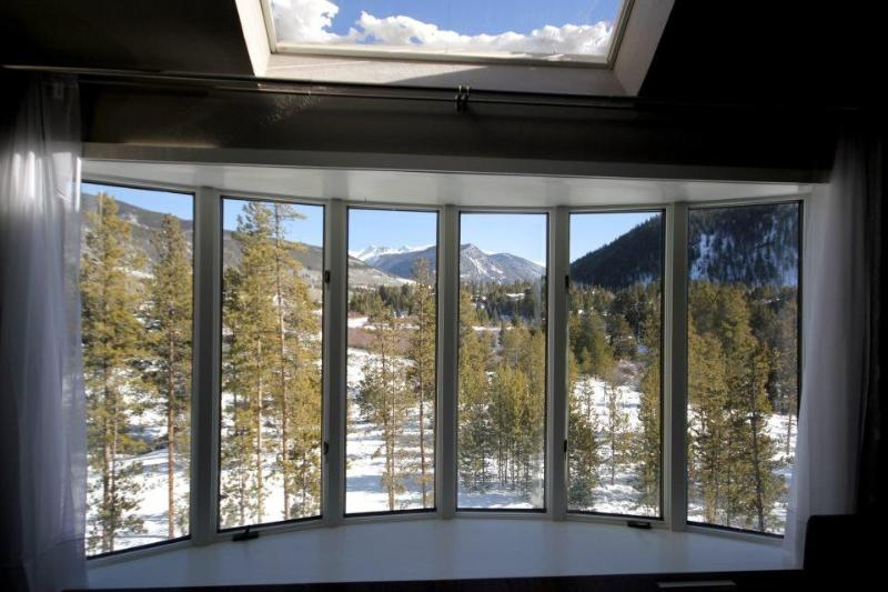 Living Room Window - Luxury 4 Bdrm Modern Unit, Views from Every Room - Keystone - rentals