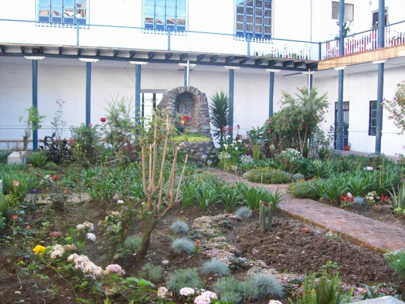 beautiful courtyard as you enter the  historic building - Great Location 2/1 All remodeled Center location - Cuenca - rentals
