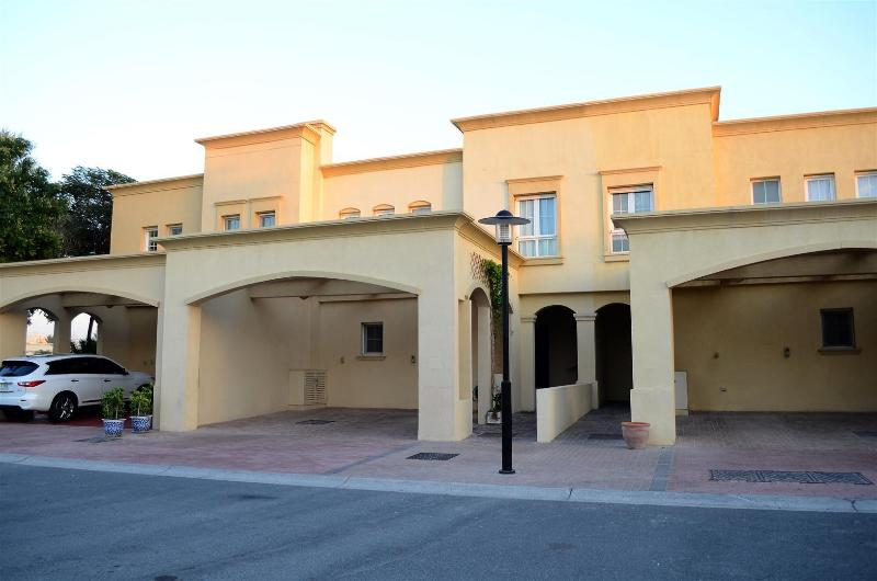 Villa front - Deluxe 4 Bed Villa | Private Pool | Lake Views - Dubai - rentals