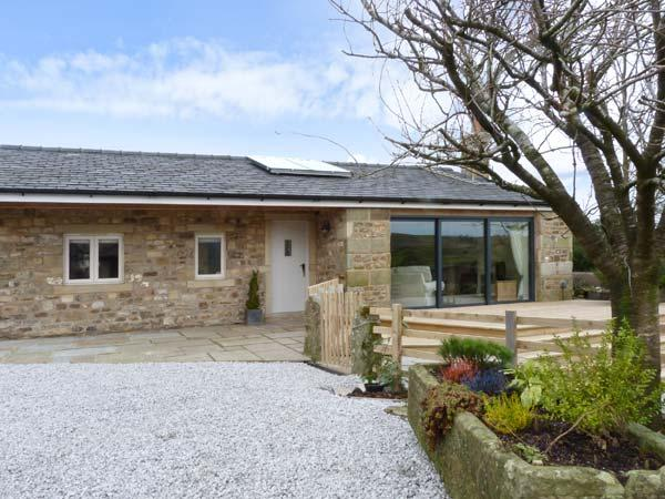 STONE MOUSE COTTAGE, single-storey, king-size beds, woodburning stove in - Image 1 - Clitheroe - rentals