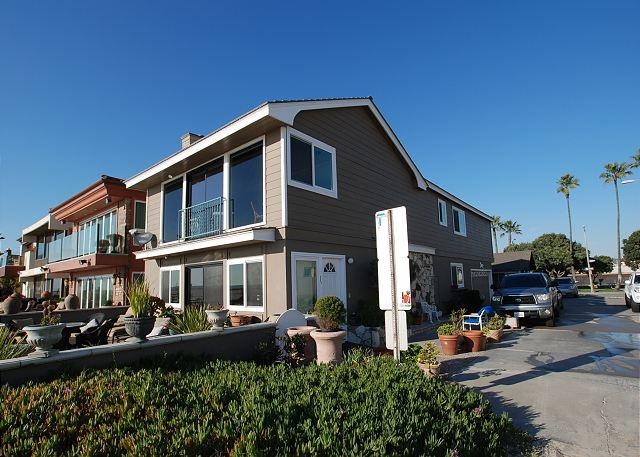 Corner lot, upper level 3 bedroom 2 bath unit. - Spectacular Oceanfront Upper Unit, Shared Patio, Incredible Views! (68274) - Newport Beach - rentals