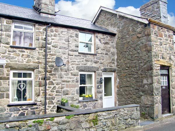 TY COSY, en-suite bedroom, open plan living area, close to amenities in Dolgellau, Ref 22637 - Image 1 - Dolgellau - rentals
