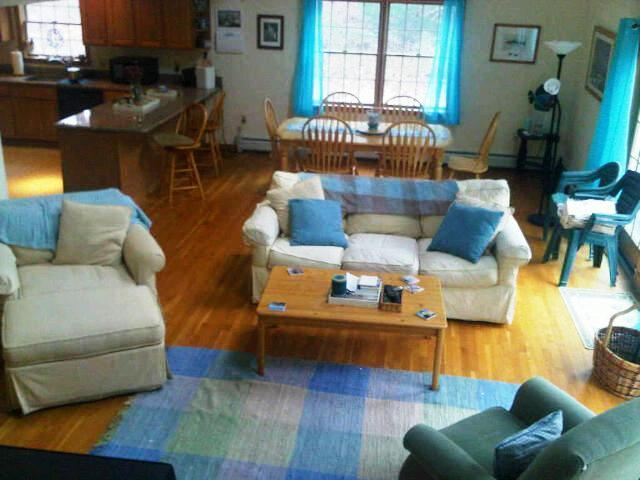 OPEN & AIRY LIVING LEADS TO SUN DECK - PET FRIENDLY ,EDGARTOWN 3bdrm -Open JULY & AUG! - Vineyard Haven - rentals