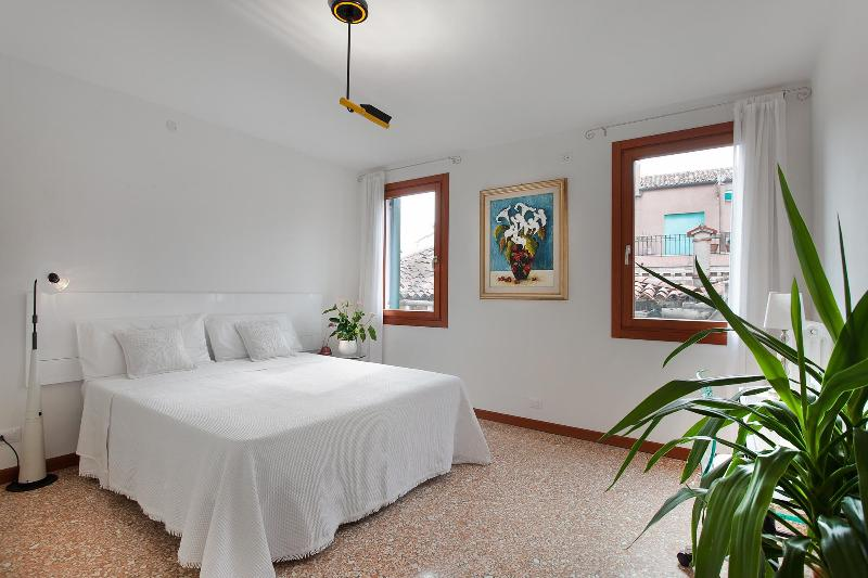 spacious double bedroom - Ca Sole Apartment, near Casinò, Jewish Ghetto, train station, 12/15 minutes walk to Rialto and 15/18 minutes to San Marco - Venice - rentals