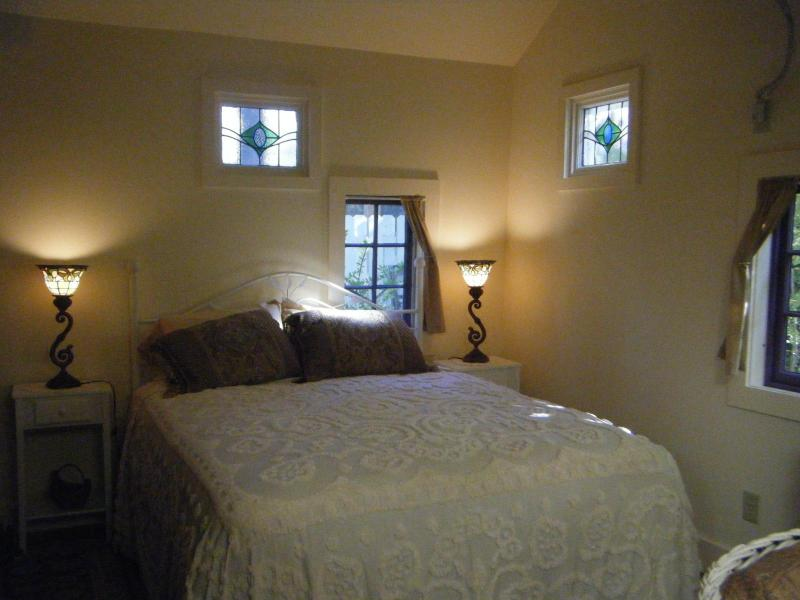 stained glass accents and charming old-style windows - Woodstock In-town cottage - Woodstock - rentals