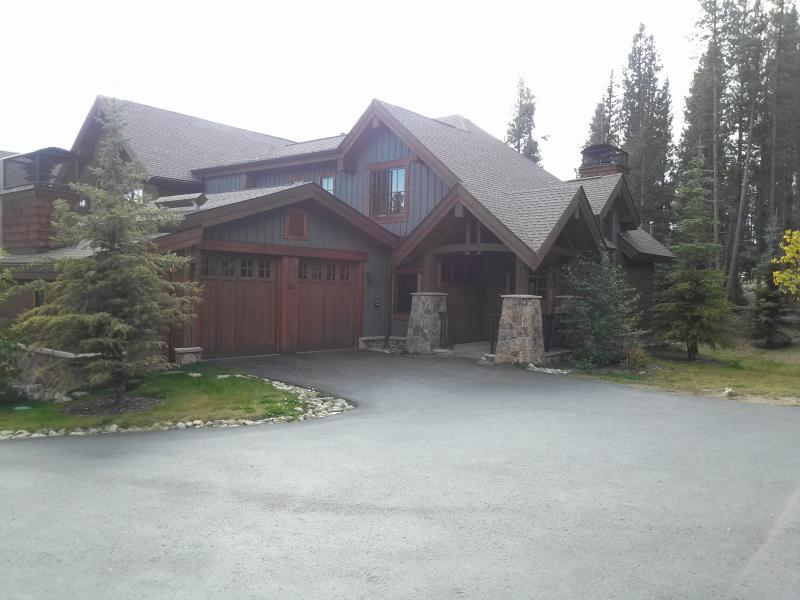 Front entrance to the Beautiful three bed, three bath townhouse - Ski in, Gondola out Mountain Thunder Retreat! - Breckenridge - rentals