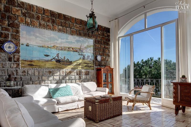 Entering the house through and arched doorway, you will find yourself in the open plan living area. - Morso di Luna - Marina del Cantone - rentals