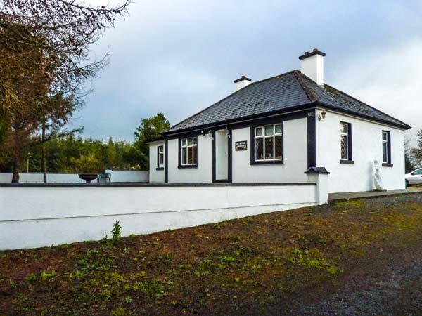 PINE TREE LODGE, single-storey, garden, open fire, ideal touring base, in Kiltimagh Ref 13760 - Image 1 - Kiltimagh - rentals