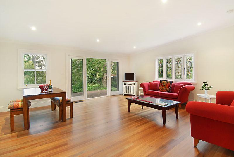 The lounge-dining room overlooks the peaceful garden - Poet's Cottage - Boutique Blue Mountains Tranquility - Wentworth Falls - rentals