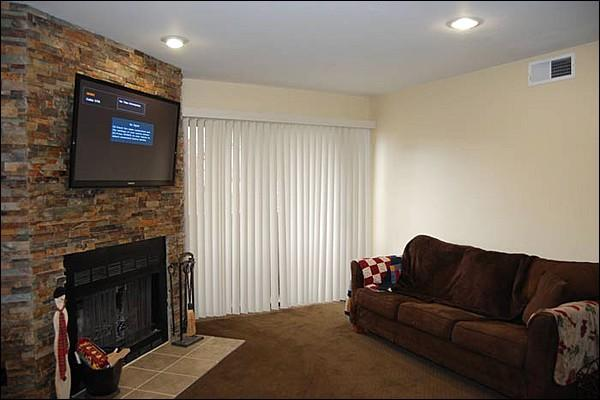Flat-Screen TV and a Wood-Burning Fireplace in the Living Room - Beautiful & Recently Remodeled Condo - Conveniently Located (24980) - Park City - rentals