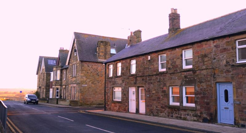 Puffin Cottage at Sunset - Puffin Cottage in Alnmouth - Just 50 yards from the beach & dog friendly! - Alnmouth - rentals