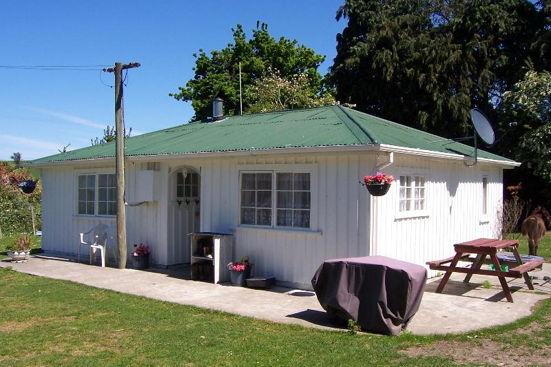Farmers Cottage, showing barbecue and outdoor seating - Kaikoura Farm Cottage - FREE entry to Farm Park - Kaikoura - rentals