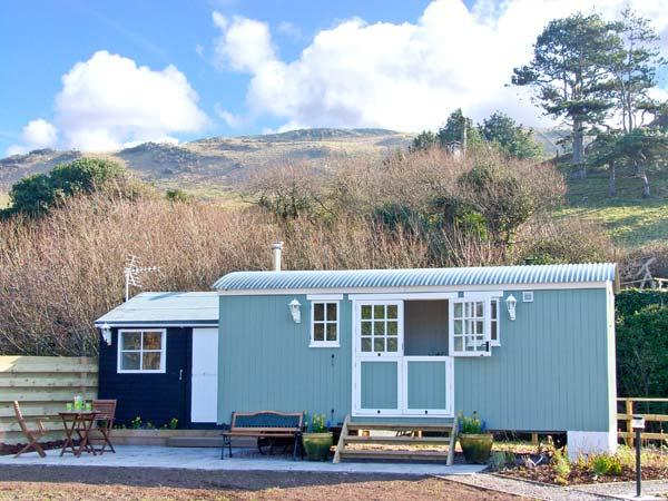 THE SHEPHERD'S HUT, unique romantic retreat, woodburners, lawned garden, in Aberdovey, Ref 19022 - Image 1 - Aberdovey / Aberdyfi - rentals