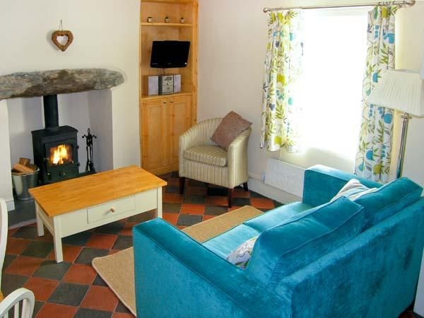 TYN Y BERTH close to beach, sea views, woodburning stove in Talsarnau, Ref 9670 - Image 1 - Talsarnau - rentals