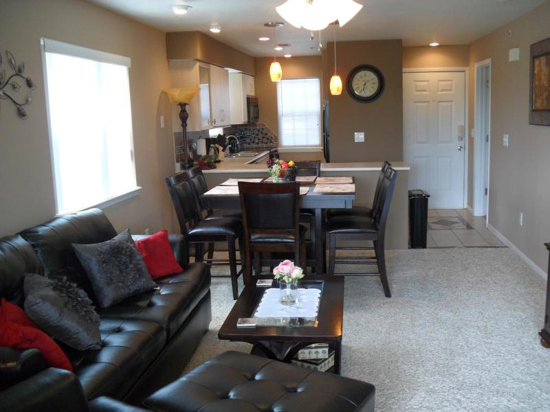 Newly Remodeled and Fully Furnished Condo that sleeps six. WiFi Internet, Cable, 3 Flat Screen TV's. - Gorgeous Remodeled Condo/Indoor Pool/Holiday Hills - Branson - rentals